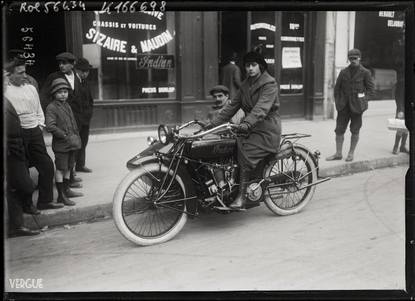 Yvonne Degraine sur une motocyclette Indian, 1919